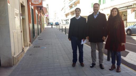 En la imagen, el alcalde de Palma, Jose Hila junto a la teniente de alcalde de Ecologia, Agricultura i Benestar Animal, Neus Truyol, y el regidor de Infraestructures i Accesibilitat, Rodrigo A. Romero.