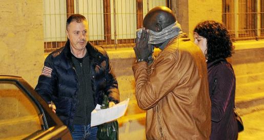 Inspectores del Cuerpo Nacional de Policía custodiando a uno de los detenidos en los juzgados de vía Alemania.