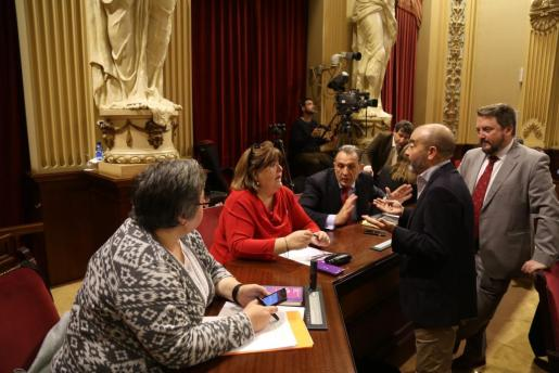 Las diputadas expulsadas de Podemos, intercambiando impresiones con sus nuevos vecinos de escaño.
