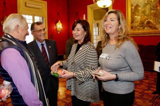 Francina Armengol y la consellera Patricia Gómez, antes de iniciar el pleno del Parlament.