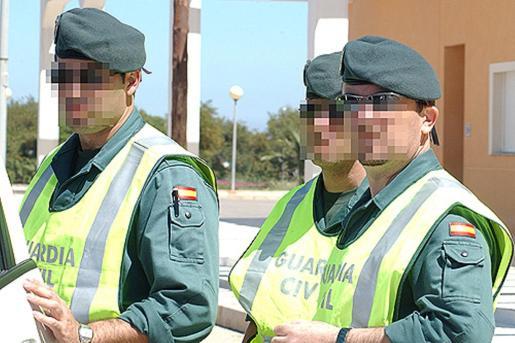 Un equipo de Policía Judicial de la Guardia Civil instruye las diligencias contra el joven.