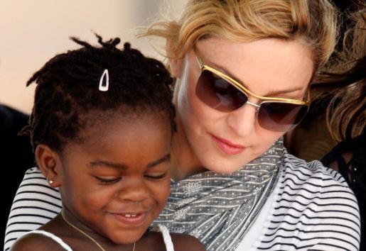 La cantante Madonna junto a Marcey James, adoptada por la artista junto a otro niño hace unos años en Malaui.