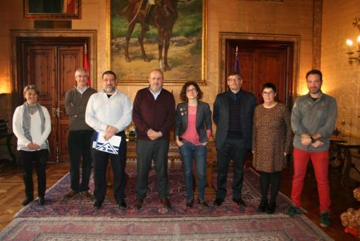 Miquel Ensenyat y Jesús Jurado con los miembros de la Comissió.