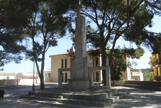 El monolito se ubica junto al local de la tercera edad.
