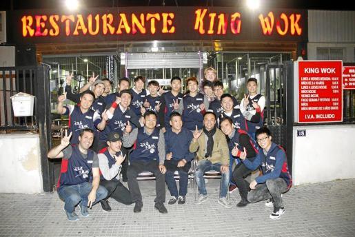 Los jugadores que componen el primer equipo chino de baloncesto, durante la presentación en el restaurante King Wok.