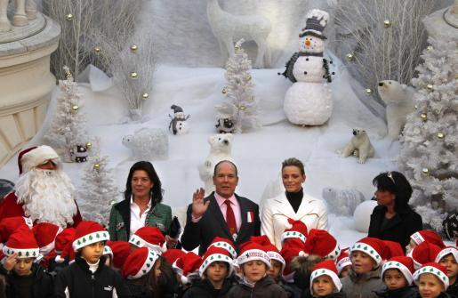 Alberto II de Mónaco saluda, rodeado de niños y flanqueado por sus hermanas y su prometida.