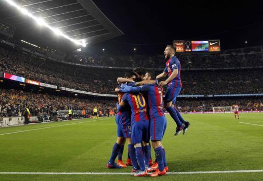Los jugadores del Barcelna celebrando el gol de Luis Suarez.