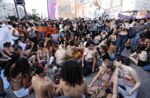 Decenas de mujeres participan del denominado 'tetazo', a favor de los derechos de las mujeres y la igualdad de género.