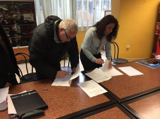 El representante de CCOO y la regidora Angèlica Pastor firman el acuerdo.