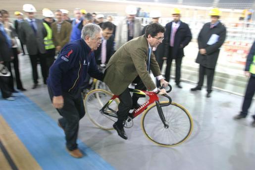 Esta pieza separada del caso Palma Arena se centra en el convenio de colaboración con motivo del Mundial de Ciclismo celebrado en el velódromo palmesano. En la imagen, Matas, en su época de presidente, en una visita a las obras.