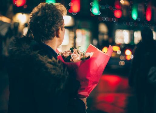 Sorprender con un ramo de flores es una de las opciones clásicas en San Valentín.