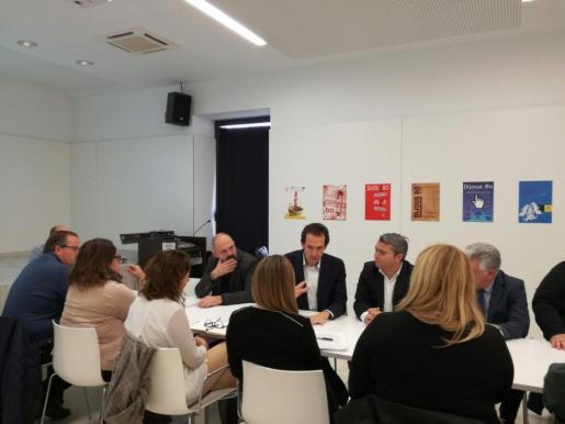 Marc Pons explica a alcaldes y representantes municipales las características de la nueva línea de bus que unirá el aeropuerto con zonas turísticas de Mallorca.