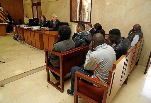 Los siete acusados, en la Audiencia de Palma, el día del juicio.