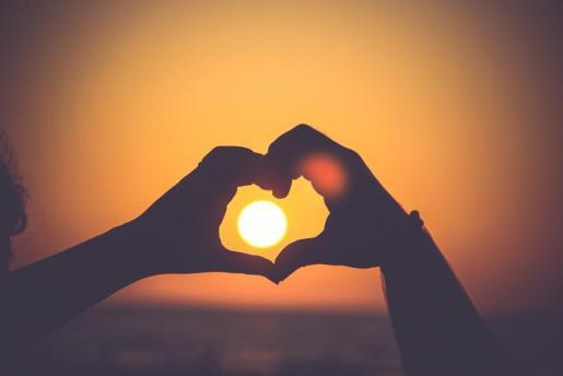 Disfrutar de una puesta de Sol en pareja se uno de los planes románticos que te presentamos.