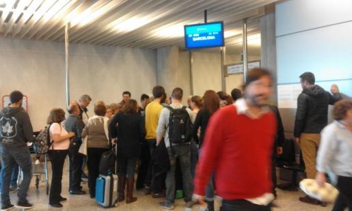 Pasajeros en Son Sant Joan, preocupados por el retraso de su trayecto con destino a Barcelona.