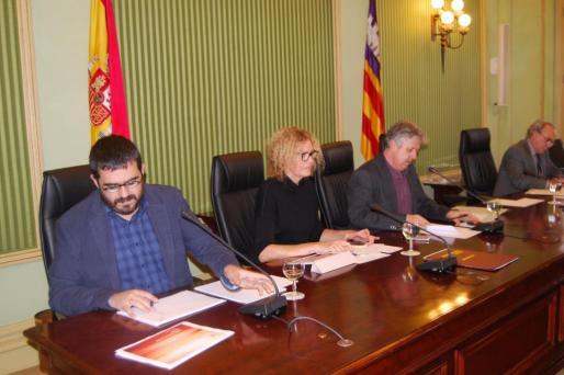 El conseller Vidal (izquierda) ha comparecido para dar cuenta de la actuación del Govern frente a la extensión de la bacteria vegetal.