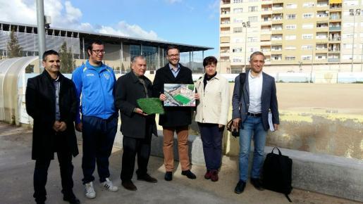 En la imagen, el alcalde de Palma, Jose Hila, la regidora de Educació i Esports, Susanna Moll y el gerente del IME, Jose M. González, en la presentación de la reforma del campo de La Antoniana.