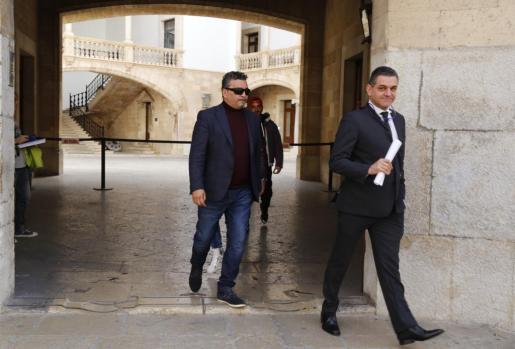 Joaquín 'El Prestamista' saliendo de la Audiencia junto a su abogado David Salvà.
