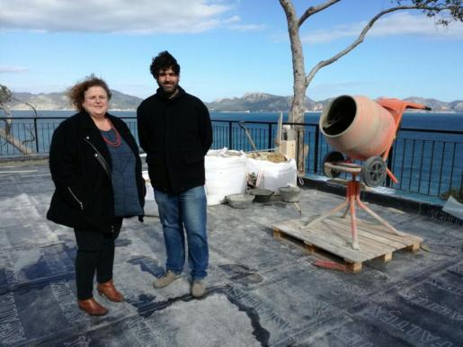 En la imagen, la consellera Ruth Mateu y el director de IBJove, Joan Ferrà, durante la visita a la terraza del albergue de la Victòria.