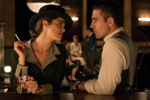 En la imagen, la actriz Juana Acosta junto al también actor Miguel Ángel Silvestre en la serie 'Velvet'.