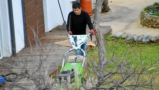 Nico, tratando de acondicionar su casa tras la explosión de un bote de insecticida que destrozó la vivienda.