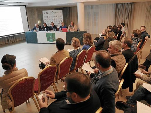 Imagen de la reunión informativa que la Federación Balear de Golf mantuvo este jueves con padres.