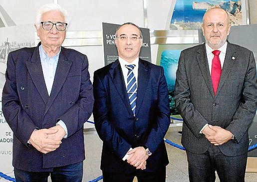 El presidente de la Fundación Aeronáutica Mallorquina, Miguel Buades; el director del aeropuerto de Son Sant Joan, José Antonio Álvarez; y el presidente del Consell de Mallorca, Miquel Ensenyat.