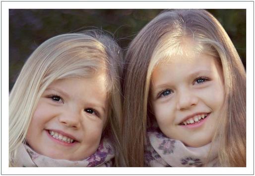 Fotografía publicada en la web de la Casa de Su Majestad el Rey de la Felicitación institucional de Navidad de los Príncipes de Asturias en la que aparecen sus hijas, las Infantas Leonor y Sofía.