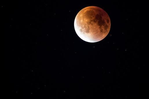 La luna llena se oscurecerá debido al eclipse lunar penumbral.