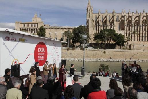En la imagen, la presidenta del Govern, Francina Armengol, y el alcalde de Palma, Jose Hila, entre otros cargos del Ejecutivo autonómico y el Consell de Mallorca, presentando la 'casa inteligente' de la ONCE en Palma.