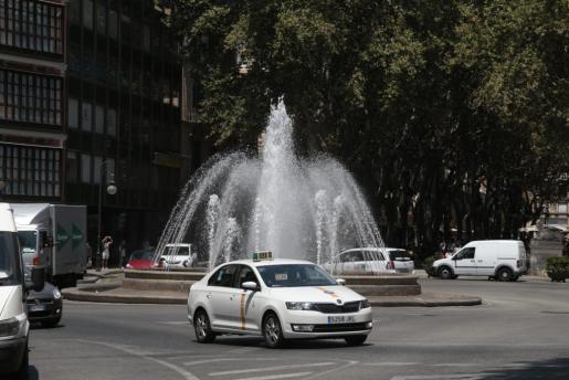 Un taxi circulando por la plaza de la Reina de Palma.