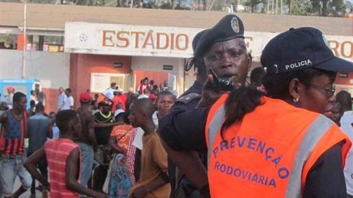 Un policía en las puertas de entrada del campo.
