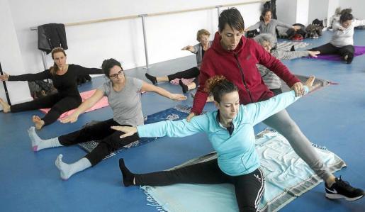 La reconocida profesora de Pilates, Ana Calvo y su grupo fueron los encargados de inaugurar la sala polivalente de Can Misses. Foto: DANIEL ESPINOSA