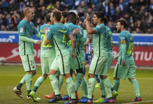 Los jugadores del FC Barcelona celebran uno de los goles marcados ante el Alavés.