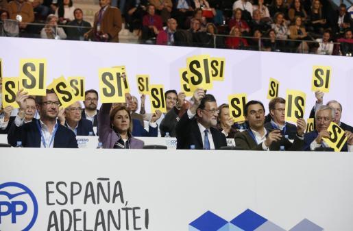 El presidente del Gobierno y del PP, Mariano Rajoy (c), junto a la secretaria general, María Dolores de Cospedal (2i), y los vicesecretarios Javier Maroto (i), Fernando Martínez-Maillo (2d) y Javier Arenas (d).
