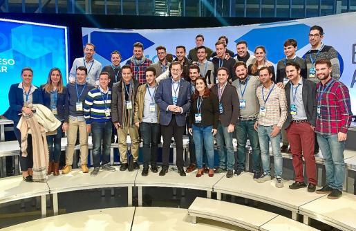 Los compromisarios de Nuevas Generaciones de Balears posan junto al presidente del PP, Mariano Rajoy.