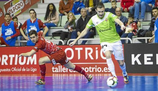 El goleador del Palma Futsal, Felipe Paradynski, controla el esférico ante la presencia de un jugador de ElPozo Murcia durante el partido.