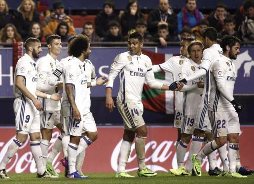 Los jugadores del Real Madrid celebran un gol ante Osasuna.