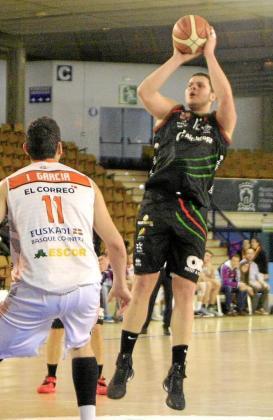 Toni Vicens lanza a canasta durante el partido disputado ayer.