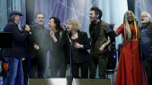 """El cantante Joan Manuel Serrat (i), acompañado por Lucrecia (2-d) y Marina Rosell (c) entre otros, durante el """"Gran concierto por las personas refugiadas"""" celebrado en el Palau Sant Jordi de Barcelona."""