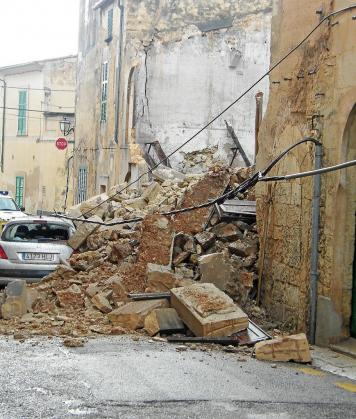 En Porreres el temporal provocó el derrumbe de una casa en la calle d'en Mago.