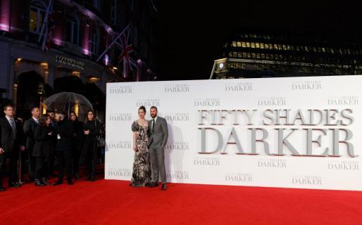 Los protagonistas Dakota Johnson (i) y Jamie Dornan (d) asisten al estreno de la película 'Cincuenta Sombras más Oscuras' el pasado jueves 9 de febrero de 2017, en la Plaza Leicester de Londres (Reino Unido).