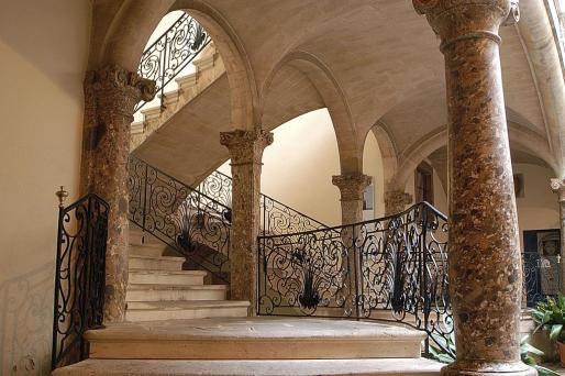 Patio y escaleras del Casal Solleric.