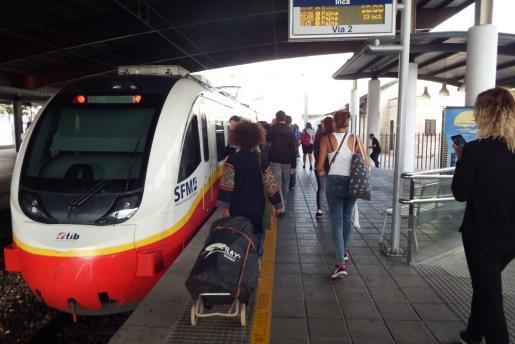 Imagen de un tren en la estación de Inca.