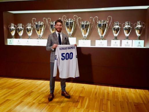 En la imagen, el defensa del Real Madrid, Sergio Ramos mostrando la camiseta de los 500 partidos oficiales que ha cumplido en el equipo.