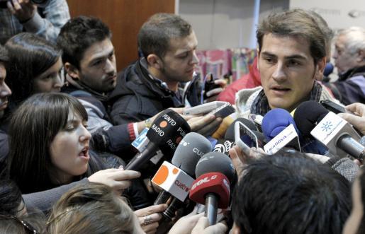 El guardameta y capitán del Real Madrid, Iker Casillas, atiende a los periodistas durante el acto en el que entregó juguetes a niños sin recursos.