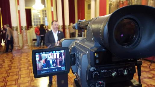 Biel Barceló se dirige a los medios en la cámara autonómica.