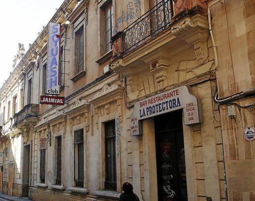 Construido en 1869 y situado detrás de El Corte Inglés de Jaume III, el edificio de La Protectora fue reformado por el arquitecto Gaspar Bennàzar en 1928. En la actualidad está declarado como Bien de Interés Cultural (BIC).