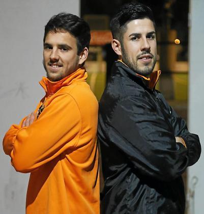 Ramón Bigas e Igor Asensio posan para este periódico a la entrada del campo del Platges de Calvià, en Magaluf.