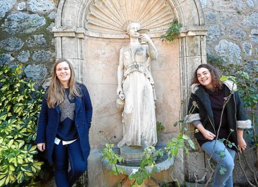 Llucia Bibiloni (izquierda) y Catalina Arbona posan en los jardines del antiguo hotel del ferrocarril, muy ilusionadas por su condición de Valentes Dones.